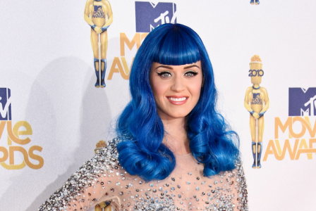Katy Perry designt falsche Wimpern